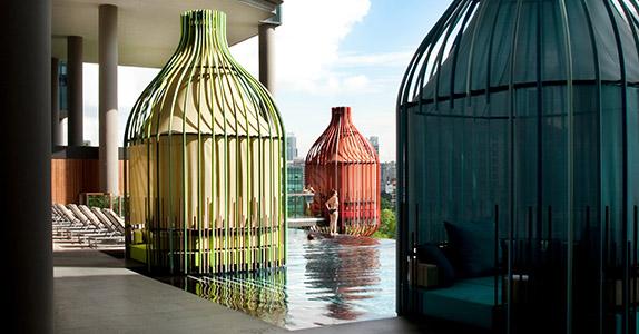 Patrick Bingham Hall utilise du sunvision pour décorer les patios de l'hôtel Park Royal à Singapour